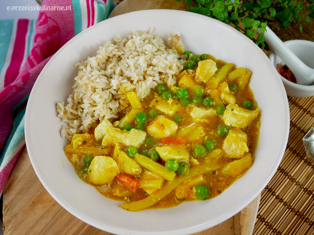 Ryż z kurczakiem i groszkiem w sosie curry – błyskawiczny przepis