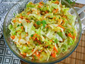 Surówka do obiadu z sałatą, marchewką i ogórkiem