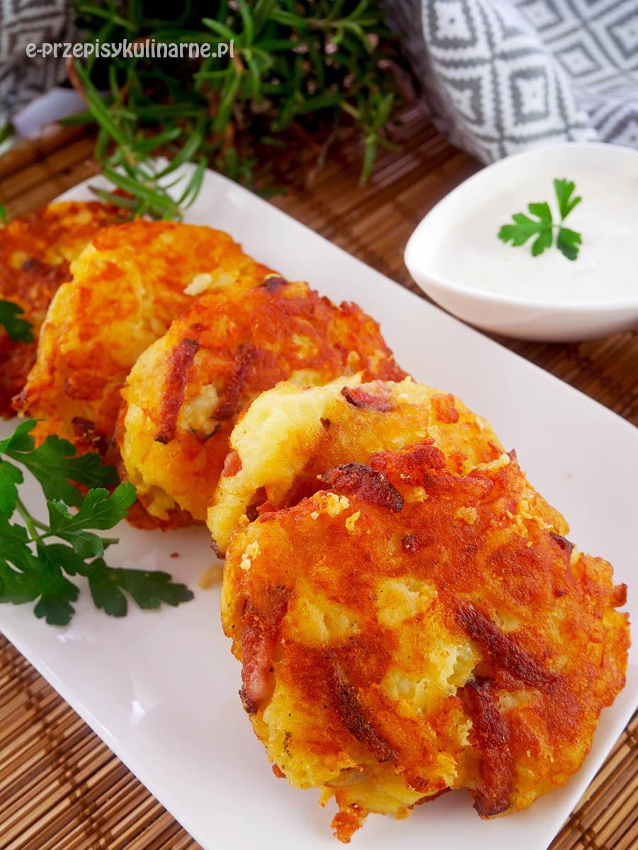 Placki ziemniaczane z kiełbasą i żółtym serem – z gotowanych ziemniaków