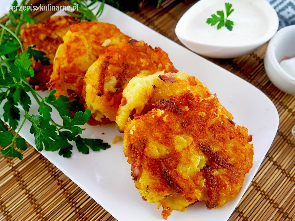 Placki ziemniaczane z kiełbasą i żółtym serem – tanie kotlety ziemniaczane