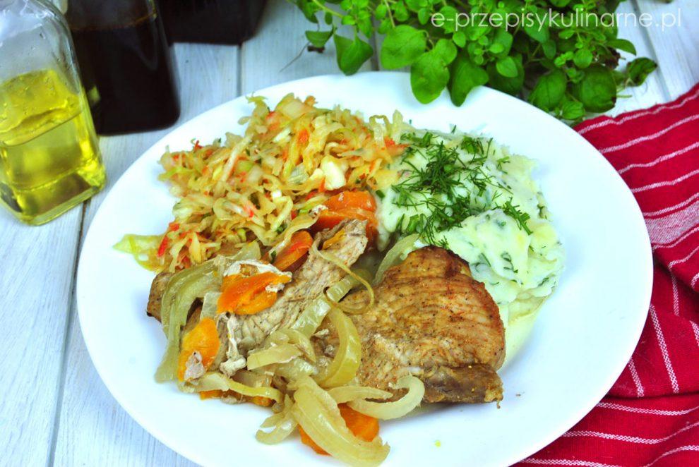 Wieprzowina pieczona z marchewką i cebulą