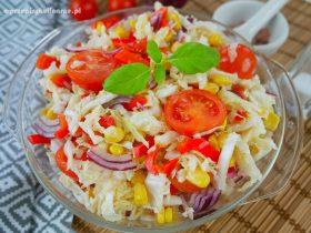 Surówka z kapusty pekińskiej, pomidora i kukurydzy