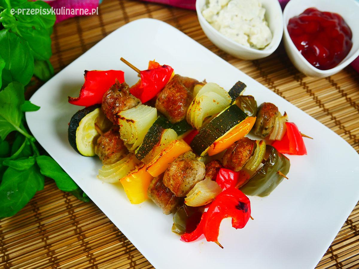 Szaszłyki z białą kiełbasą i warzywami