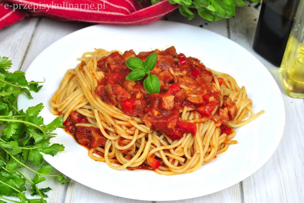 Makaron spaghetti z sosem z kiełbasą