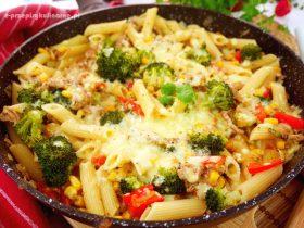 Penne z brokułem i mięsem mielonym – zapiekanka makaronowa z patelni