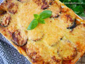 Musaka (Moussaka) grecka zapiekanka z bakłażanem i mięsem mielonym
