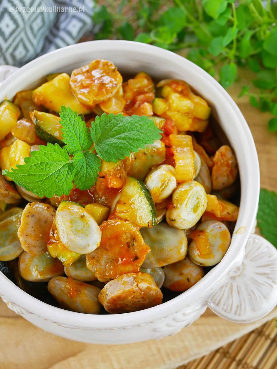 Bób z kiełbasą i boczkiem – przepis na szybkie danie na obiad