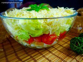 Warstwowa sałatka z brukselką, sałatą i serem żółtym