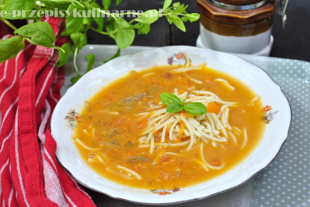 Pyszna zupa pomidorowa z makaronem