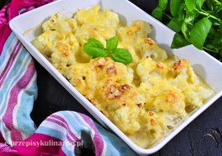 Kalafior zapiekany w sosie beszamelowym z serem żółtym