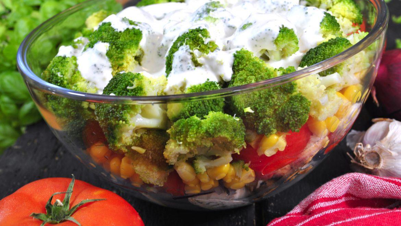 Warstwowa sałatka z brokułem i kurczakiem