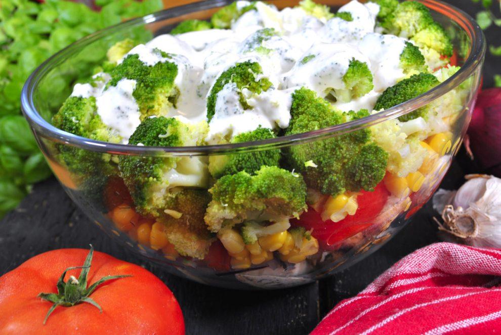 Warstwowa Salatka Z Brokulem I Kurczakiem E Przepisykulinarne Pl