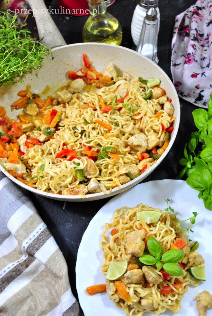 Makaron noodle z kurczakiem i warzywami