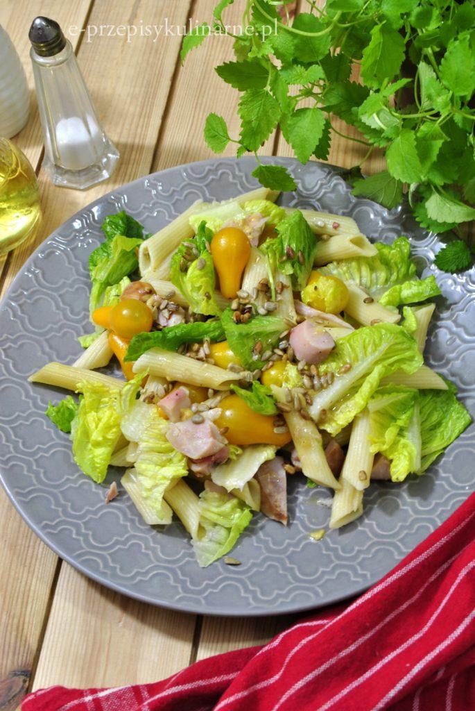Sałatka z makaronem i wędzonym kurczakiem