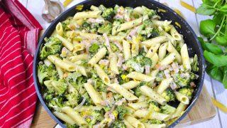 Makaron z szynką i brokułem w sosie serowym