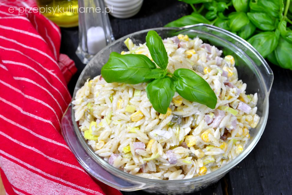Sałatka z makaronem w kształcie ryżu i szynką