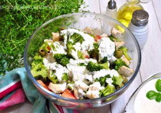 Sałatka z brokułem w sosie czosnkowym