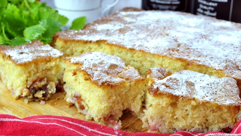 Szybkie ciasto z owocami na maślance