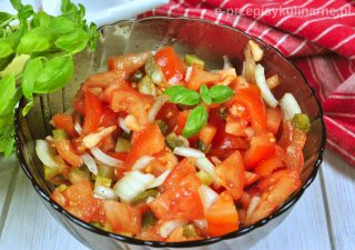 Surówka z pomidorów i ogórków do obiadu