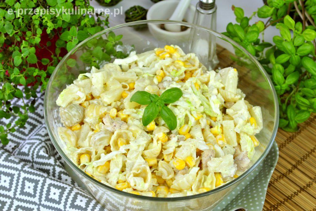 Sałatka makaronowa z ananasem i kurczakiem