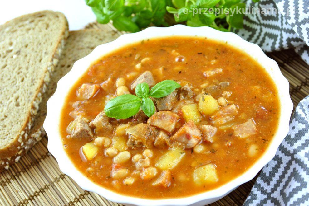Zupa gulaszowa z indykiem – pyszne danie jednogarnkowe