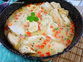 Kurczak z marchewką i groszkiem w sosie jogurtowym – szybki obiad
