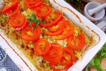 Schab pieczony z młodą kapustą i pomidorami – pyszne danie na obiad