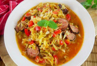 Młoda kapusta po węgiersku z kiełbasą – przepis na pyszny obiad