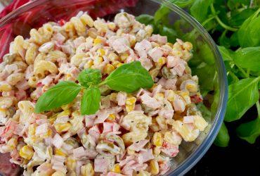 Sałatka Miszmasz z makaronem i szynką – pyszna i kolorowa