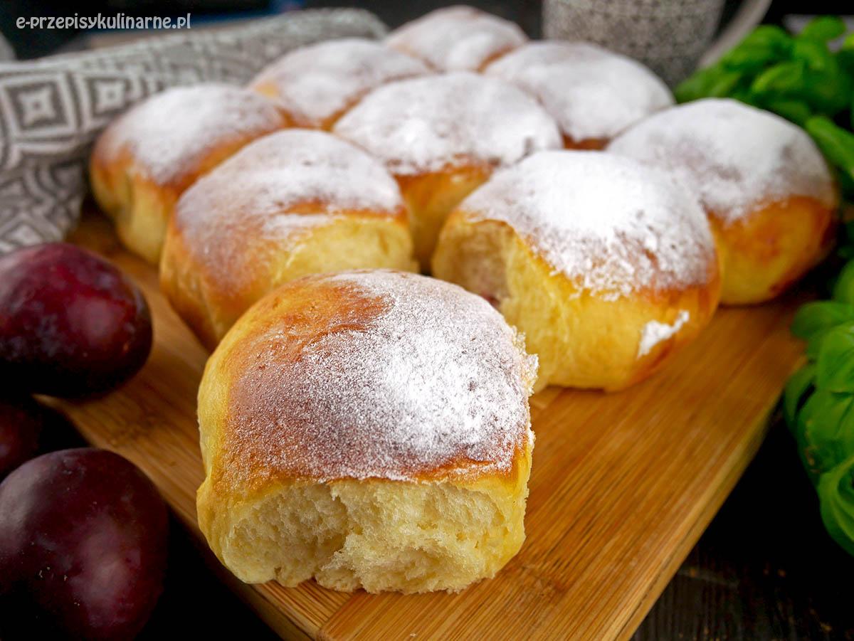 Bułeczki drożdżowe z owocami – przepis na słodkie bułki odrywane